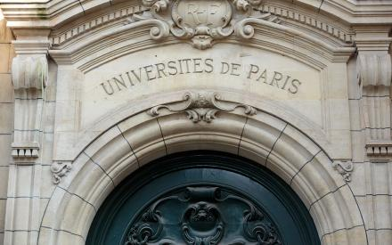 Fronton de l'université de Paris.